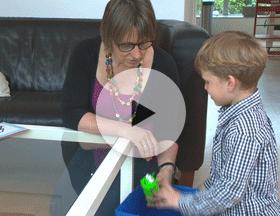 Bekijk het verhaal van Loek - Door hem met speelgoed af te leiden kunnen zijn ouders zonder probleem het groeihormoon toedienen